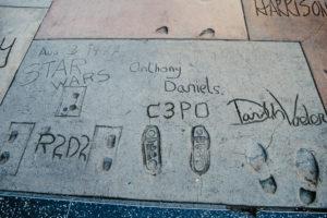 USA, Kalifornien, Los Angeles, Hollywood Boulevard, Starwars Charaktere Hand- und Schuhabdrücke von R2D2, C3PO, Darth Vader, beim Grauman's Chinese Theatre