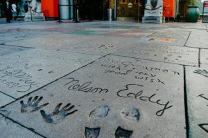 USA, Kalifornien, Los Angeles, Hollywood Boulevard, weltberühmte Hand- und Schuhabdrücke von Nelson Eddy beim Grauman's Chinese Theatre