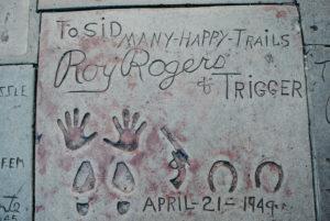 USA, Kalifornien, Los Angeles, Hollywood Boulevard, weltberühmte Hand- und Schuhabdrücke von Roy Rogers und seinem Pferd Trigger (Hufeisenabdrücke) beim Grauman's Chinese Theatre