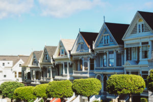 USA, California, San Francisco, famous row of Victorian houses in Alamo Square