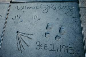 USA, Kalifornien, Los Angeles, Hollywood Boulevard, weltberühmte Hand- und Schuhabdrücke von Whoopie Goldberg (inklusive Abdruck einer Strähne ihrer Rastalocken) beim Grauman's Chinese Theatre