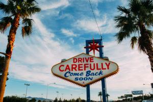"USA, Nevada, Las Vegas, berühmtes Las Vegas Auf-Wiedersehen-Schild ""Sichere Fahrt"" ""Drive Carefully"""