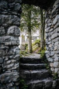 Treppen führen zu den Mauerresten der Burgruine Werdenfels, Garmisch-Partenkirchen, Bayern