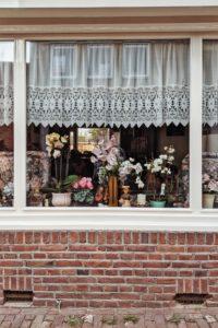 üppig dekoriertes Fenster
