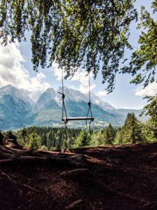 Schaukel hängt an einem Baum, Blick auf Zugspitze und Wettersteinmassiv