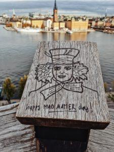 Stockholm, Schweden, Zeichnung des verrückten Hutmachers aus Alice im Wunderland, Blick auf Riddarholmen vom Monteliusvägen aus