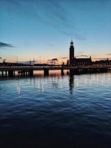 Stockholm, Schweden, Silhouette des Stockholmer Rathaus Stadshus zur blauen Stunde