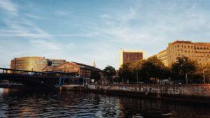 Blick auf verschiedene Berliner Bauwerke von der Spree aus: Bahnhof Friedrichstrasse, Berliner Fernsehturm, Internationales Handelszentrum