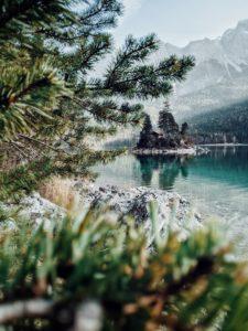 Blick auf eine kleine Insel mit Häuschen auf dem Eibsee, Garmisch-Partenkirchen, Bayern