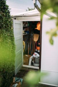 Schuppen mit Gartenwerkzeug in einem Kleingarten