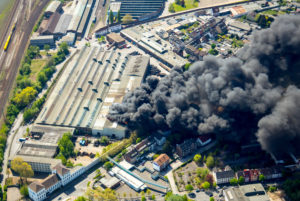 Aerial view of the fire at WDI in Hamm on Wilhelmstrasse. At Wilhelmstrasse, a WDI hall has been burning since about 12 o'clock. Since 2:25 pm, houses have been evacuated in the immediate vicinity. There are three injured. Wilhelmstrasse is closed between Otto-Brenner-Strasse and Schwarzer Weg.