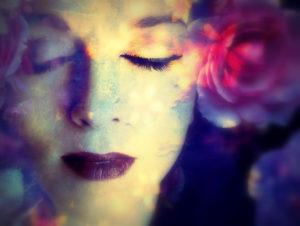 verträumtes Close-Up Portrait eines Frauengesichts mit Blumen