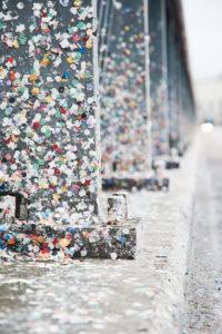 Europa, Schweiz, Basel, Traditionelle Veranstaltung, Basler Fasnacht, die größte der Schweiz, immaterielles Kulturerbe der Menschheit, Wettsteinbrücke nach der Cortège, Konfetti klebt auf Pfeilern und Fahrbahn