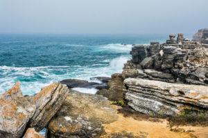 Europa, Portugal, Region Centro, Halbinsel von Peniche, Miradouro de Remedios, Gesteinsformationen an der Felsenküste
