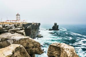 Europa, Portugal, Region Centro, Halbinsel von Peniche, Remedios, Steilküste am Leuchtturm, Cabo Carvoeiro, vorgelagert das Riff Nau dos Corvos, Krähenschiff