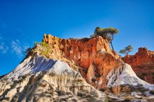 Europa, Portugal, Algarve, Litoral, Barlavento, Distrikt Faro, zwischen Vilamoura und Albufeira, Olhos de Agua, Bergmassiv aus farbigen Gesteinsschichten