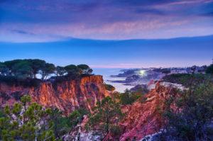 Europa, Portugal, Algarve, Litoral, Barlavento, Distrikt Faro, zwischen Vilamoura und Albufeira, Olhos de Agua, Sonnenuntergang in einer Schlucht an der Steilküste