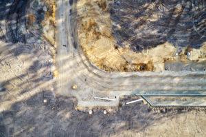Strukturen, Spuren, Erdfarben, Infrastruktur, Erschließung eines Baugebiets, Straßenführung, von oben, abstrakt wirkende Formen