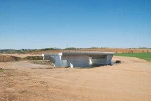 Infrastruktur, Bauwirtschaft, Straßenbau, Flächenverbrauch, Symbolbild, ausgeräumte Landschaft mit einsamer Brücke ohne Anbindung, Neubau der B85 in Thüringen