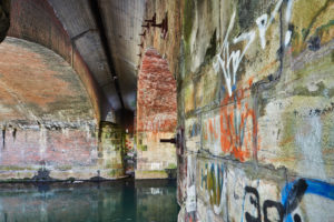 Architektur, Brückengemäuer, Unter einer Brücke, Alte Eisenbahnbrücke als Bogenbrücke, Steinbrücke über die Ilmenau, Historischer Treidelweg zwischen Lüneburg und Bardowick