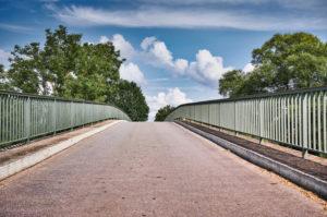 Symbolbild, Richtung, Wohin führt der Weg, Blick zum Scheitelpunkt einer Brücke, Bildsymmetrie