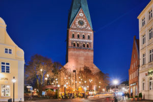 Christmas, Christmas market, night shot, city view, Lüneburg, old town, church tower, St. Johannis church, Am Sande