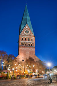 Christmas, Christmas market, night shot, church tower, St. Johannis church, city view, Lüneburg, old town, city center, Am Sande, portrait format
