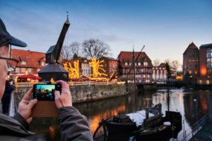 Tourismus, Stadtansicht, Lüneburg, Altstadt, Wasserviertel, Am  Stintmarkt, Am Fischmarkt, Der Alte Kran, Wahrzeichen, beleuchtet, Weihnachten, Weihnachtsmarkt, Nachtaufnahme,