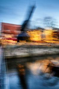 Artphoto, Intentional Camera Movement, Stadtansicht, Lüneburg, Altstadt, Wasserviertel, Wahrzeichen, beleuchtet, Alter Kran, Am  Stintmarkt, Am Fischmarkt, Weihnachten, Weihnachtsmarkt, Nachtaufnahme, Hochformat