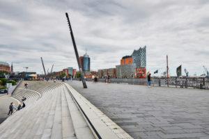 Deutschland, Norddeutschland, Hafenstadt, Hamburg, Elbpromenade, Treppenanlage, gestaltet von Zaha Hadid, mit Aussicht auf die Elbphilharmonie