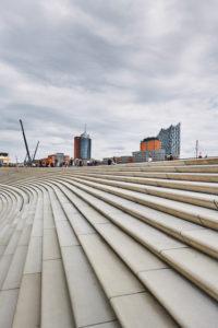 Deutschland, Norddeutschland, Hafenstadt, Hamburg, Elbpromenade, Treppenanlage, gestaltet von Zaha Hadid, mit Aussicht auf die Elbphilharmonie, Hochformat