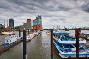 Deutschland, Norddeutschland, Hafenstadt, Hamburg, Seehafen, Elbe, Hamburger Hafen, Überseebrücke, Aussicht auf das Wahrzeichen Elbphilharmonie, Hafencity