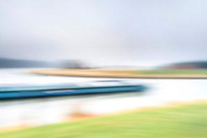 Artphoto, Intentional Camera Movement, Deutschland, Norddeutschland, Niedersachsen, Elbe, Uferlandschaft, Elbtal, Ufer bei Artlenburg, melancholische Stimmung, Lastkahn biegt ein in den Elbe-Seitenkanal