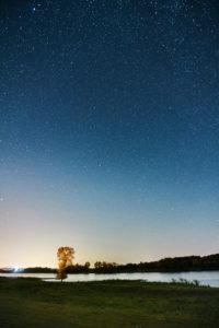 Nachtaufnahme, Himmelsgewölbe, Sternenhimmel zur Zeit der Perseiden, Deutschland, Norddeutschland, Niedersachsen, Elbtal, Elbufer bei Barförde, flussabwärts,