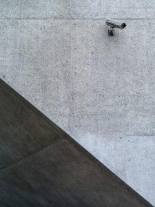 Überwachungskamera an Betonmauer