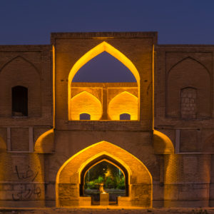 Si-o-se Pol, genannt 33 Bogen Brücke in Isfahan zur blauen Stunde mit Beleuchtung