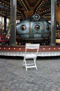 Stuhl vor einem Karussell