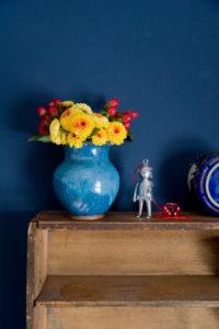 Blumenvase und Requisiten aus dem Kinderzimmer als Dekoration