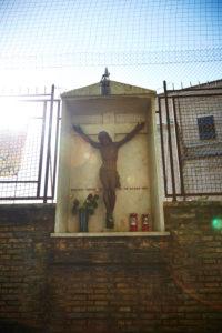 Christus-Figur am Kreuz, am Weg, Rom, Italien