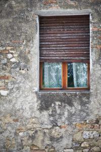 Fenster, Holzrolladen, halb geöffnet, Gardinen, alte Steinmauer, Häuserwand, Toskana, Italien