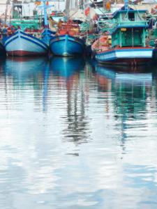 Fischerboote, Spiegelung im Wasser, Hafen, Phú Quoc, Vietnam