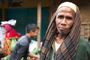 Mann schaut in die Kamera, freundlich, Markt, Lombok, Indonesien, Asien