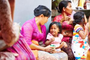 Mutter spielt mit Tochter, kleines Mädchen lacht, Reportage, traditionelle Hochzeit, Bali, Indonesien, Asien