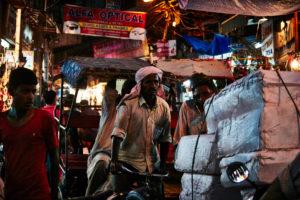 Rikscha Fahrer, beladen, Abendstimmung, viele Menschen, volle Straßen Delhi, Shops, Indien
