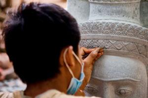 Steinmetz schnitzt Statue, Mann bei der Arbeit, Steinrelief, Kunstwerk, Angkor Wat, Kambodscha,