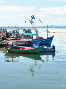 mehrere Fischerboote, Spiegelung im Wasser, Hafen, Phú Quoc, Vietnam