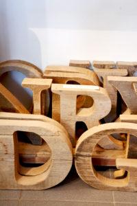 große Holzbuchstaben, rustikale Wohnaccessoires, Holz, Handwerkskunst