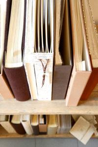 handgearbeitete Alben, gemustert, von oben, Buchrücken, Handwerkskunst