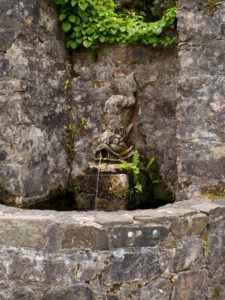 Irland, Donegal, Glenveagh Nationalpark, Gartenanlage von Glenveagh Castle, Brunnen mit wasserspeiendem Fisch