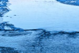 Europa, Deutschland, Hessen, Vöhl, Nationalpark Kellerwald-Edersee, Eder-Fluss an der Hohen Fahrt, trockengefallener Edersee, Winterstimmung mit Eis und Schnee